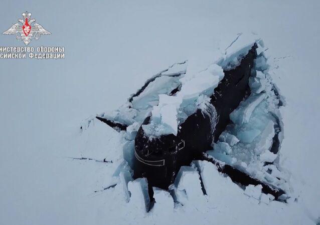 Üç nükleer denizaltının aynı anda buzları kırıp yüzeye çıktığı anın görüntüleri yayınlandı