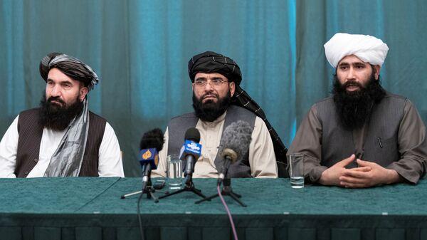 Taliban müzakere heyeti üyeleri Hayrullah Hayırhua (sol), Süheyl Şahin (orta) ve Taliban'ın Katar'ın başkenti Doha'daki Siyasi Ofisi'nin Sözcüsü Muhammed Naim (sağ) - Sputnik Türkiye