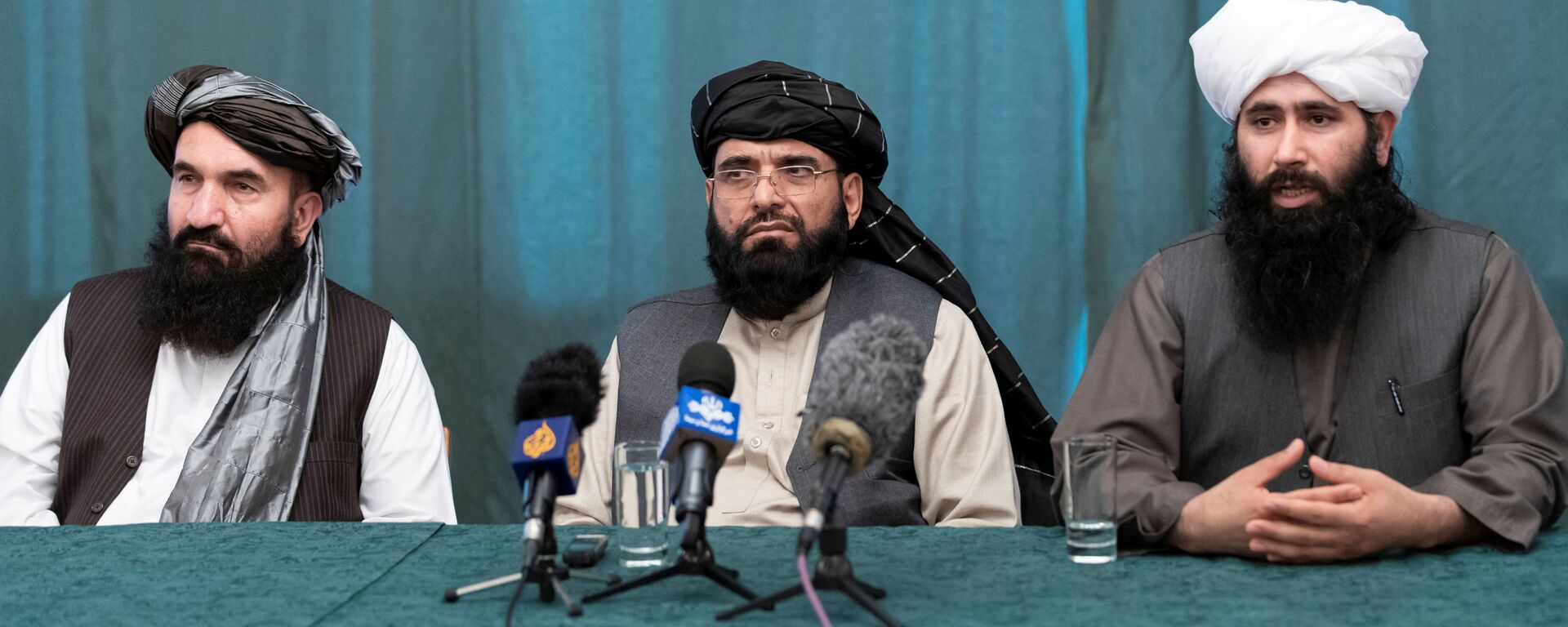 Taliban müzakere heyeti üyeleri Hayrullah Hayırhua (sol), Süheyl Şahin (orta) ve Taliban'ın Katar'ın başkenti Doha'daki Siyasi Ofisi'nin Sözcüsü Muhammed Naim (sağ) - Sputnik Türkiye, 1920, 23.08.2021