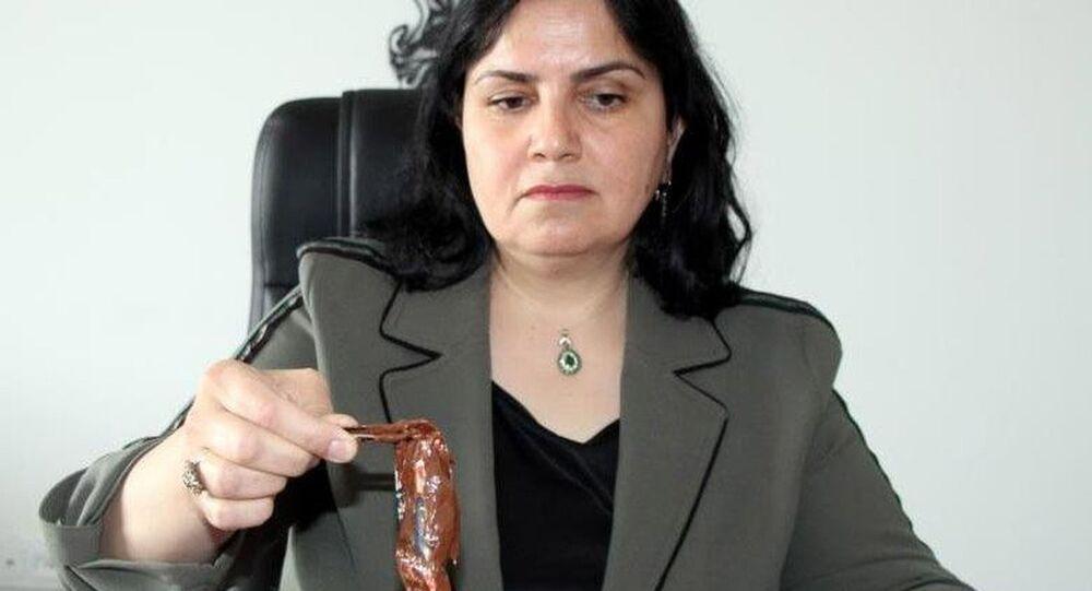 Nevşehir'de bir vatandaş tarafından marketten alınan ünlü bir markaya ait çikolata kavanozunun içerisinden başka bir firmaya ait paket içerisinde çikolata çıkması şaşırttı.