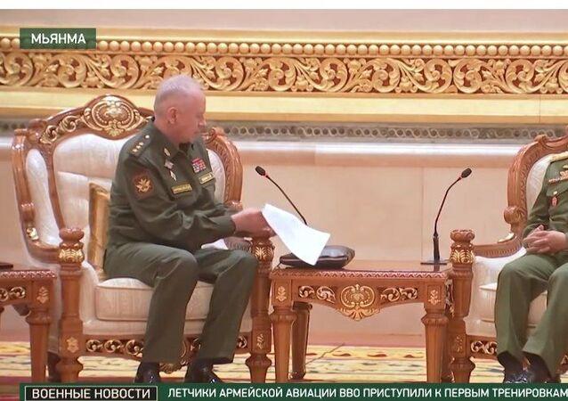 Myanmar'ı ziyaret eden Rusya Savunma Bakan Yardımcısı Aleksandr Fomin, ülkesinde yönetime el koyan Myanmar Genelkurmay Başkanı Min Aung Hlaing ve beraberindeki heyetle bir araya geldi.