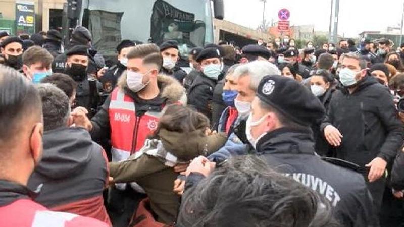 İstanbul Çağlayan'daki Adalet Sarayı önünde, Boğaziçi Üniversitesi gözaltılarını protesto etmek isterken gözaltına alınan ve adliyeye sevk edilen 6 öğrenci de adli kontrol şartıyla serbest bırakıldı.