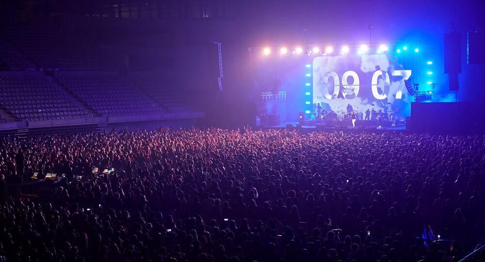 İspanya'da korona virüs salgını döneminde ilk kez sosyal mesafe kuralı olmayan ve yüksek katılımlı konser gerçekleştirilirken, konsere 5 bin kişi katıldı.