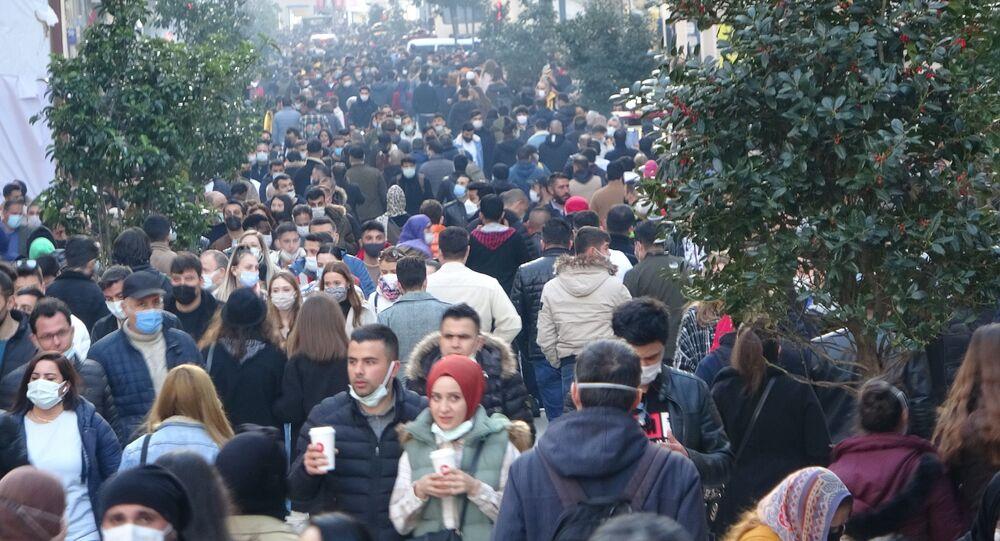 Beyoğlu İstiklal Caddesi'nde kısıtlamasız cumartesi gününde adım kalacak yer kalmadı. Korona virüse rağmen adeta adım atılacak yerin kalmadığı caddede vatandaşlar tedbirlere aldırmadı.