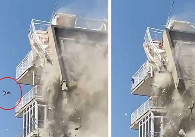 İzmir'de bina yıkılırken aşağıya düşen kedi ağır yaralandı