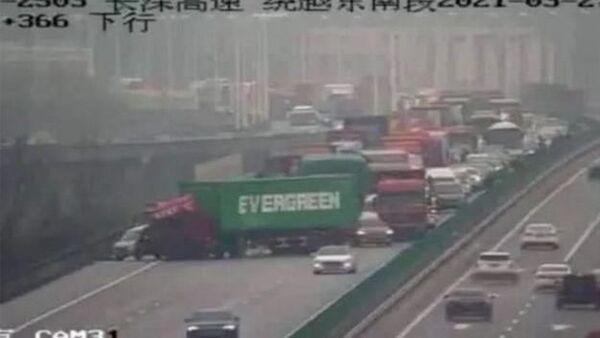 Dünyanın konuştuğu Süveyş Kanalı'nı tıkayan gemi krizinde kurtarma çalışmaları sürerken, bu kez de Evergreen şirketine ait bir TIR Çin'de otoyolu trafiğe kapattı. - Sputnik Türkiye