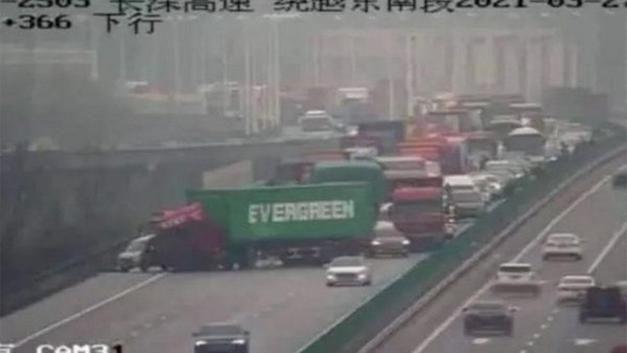 Dünyanın konuştuğu Süveyş Kanalı'nı tıkayan gemi krizinde kurtarma çalışmaları sürerken, bu kez de Evergreen şirketine ait bir TIR Çin'de otoyolu trafiğe kapattı.