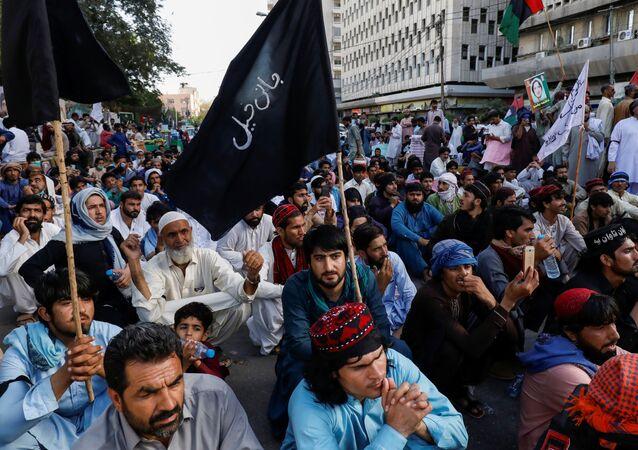 Pakistan'ın Hayber Pahtunhva eyaletinde 3 hafta önce kaybolan ve 21 Mart'ta başlarından vurulmuş halde ölü bulunan 4 çocuğun katillerinin bulunması için başkent İslamabad'a yürümek isteyenlerle polis arasında çatışma çıktı.