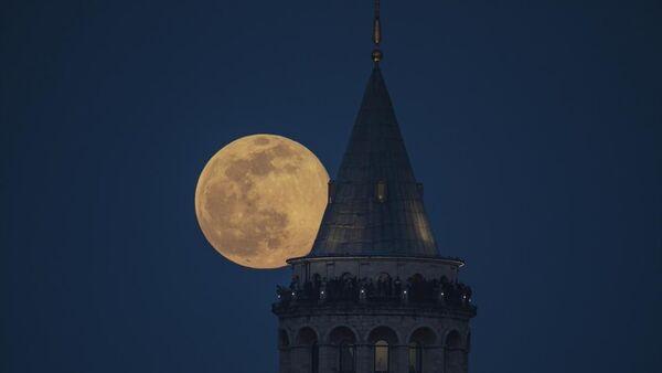 İstanbul'un simgelerinden Galata Kulesi üzerinde Dolunay  - Sputnik Türkiye