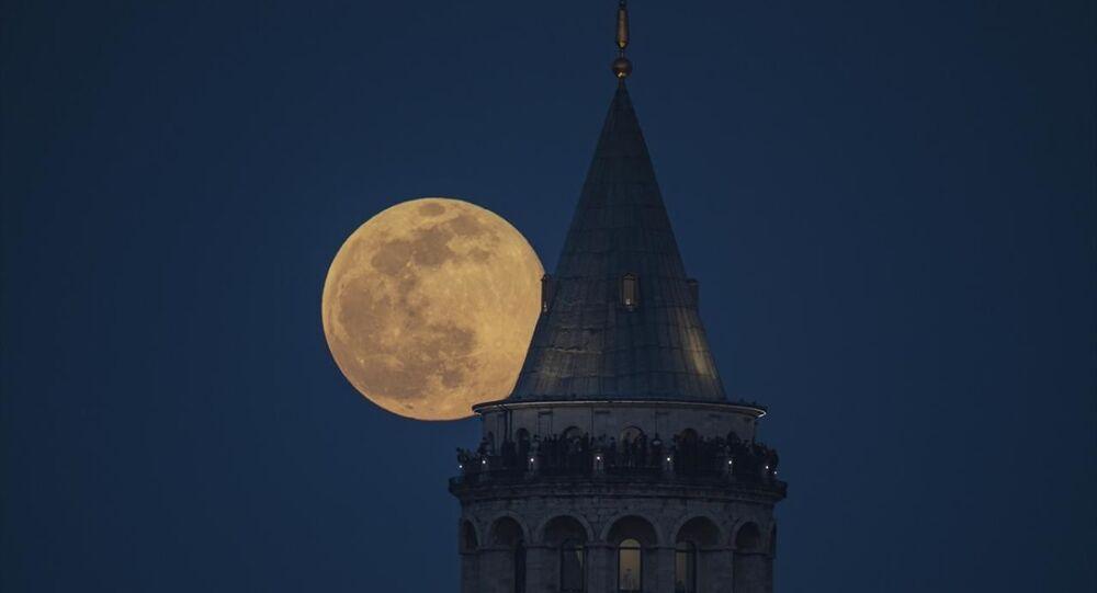 İstanbul'un simgelerinden Galata Kulesi üzerinde Dolunay