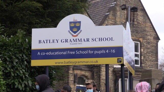 Din eğitimi dersindeMuhammed peygamber karikatürleri gösterildiği gerekçesiyleMüslüman velilerinprotesto gösterilerine sahne olan Batı Yorkshire'daki Batley Ortaokulu (Britanya, İngiltere)