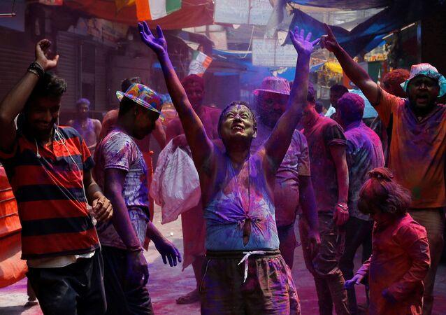 Hindistan'da pandemiye rağmen geleneksel bahar festivali kutlamaları