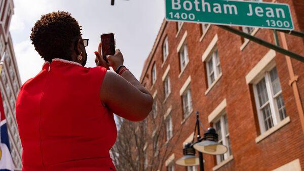 ABD'de polis tarafından öldürülen siyahi Botham Jean'in adı caddeye verildi   - Sputnik Türkiye