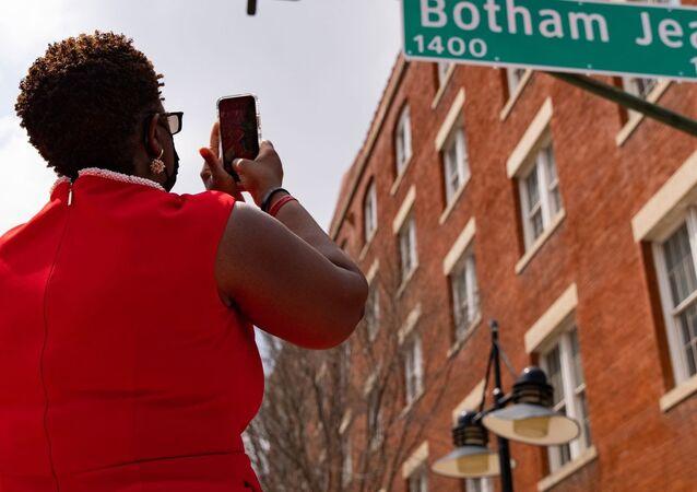ABD'de polis tarafından öldürülen siyahi Botham Jean'in adı caddeye verildi