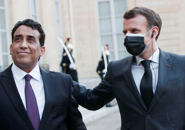 Elysee Sarayı'nda Libya Başkanlık Konseyi Başkanı Muhammed el Menfi'yi kabul eden Fransa Cumhurbaşkanı Emamnuel Macron (sağda)