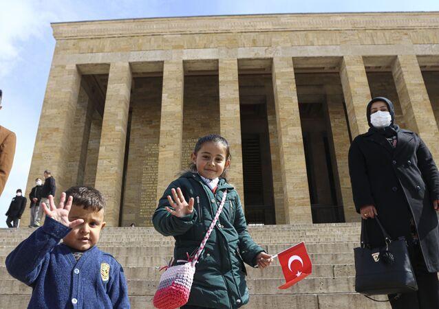 Babasıyla kardan Anıtkabir yapan Hira Karahan ve ailesi