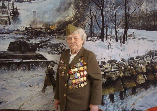 99 yaşındaki 2. Dünya Savaşı gazisi kadın, jet simülatörüyle gökyüzüne çıktı