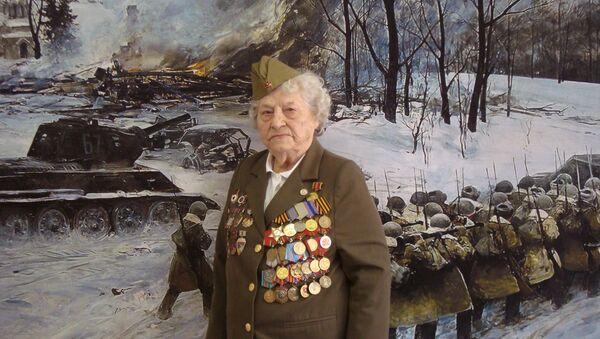 99 yaşındaki 2. Dünya Savaşı gazisi kadın, jet simülatörüyle gökyüzüne çıktı - Sputnik Türkiye