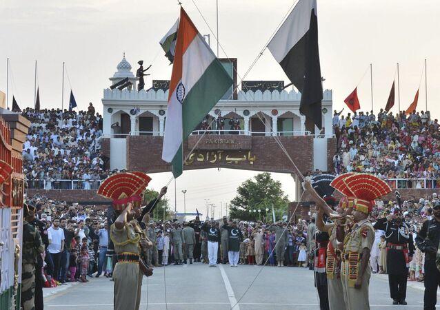 Hindistan - Pakistan arasındaki Wagah sınır kapısında bayrak töreni