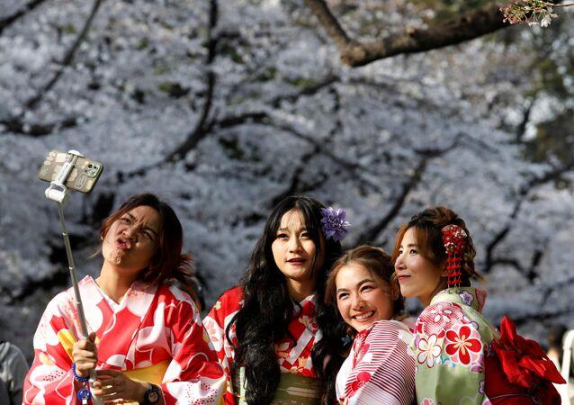 Japon başkenti Tokyo'nun Ueno Parkı'nda kiraz ağaçlarının çiçek (sakura) açmasını selfie çekerek kutlayan kimono giymiş kadınlar