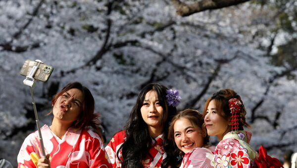 Japon başkenti Tokyo'nun Ueno Parkı'nda kiraz ağaçlarının çiçek (sakura) açmasını selfie çekerek kutlayan kimono giymiş kadınlar - Sputnik Türkiye