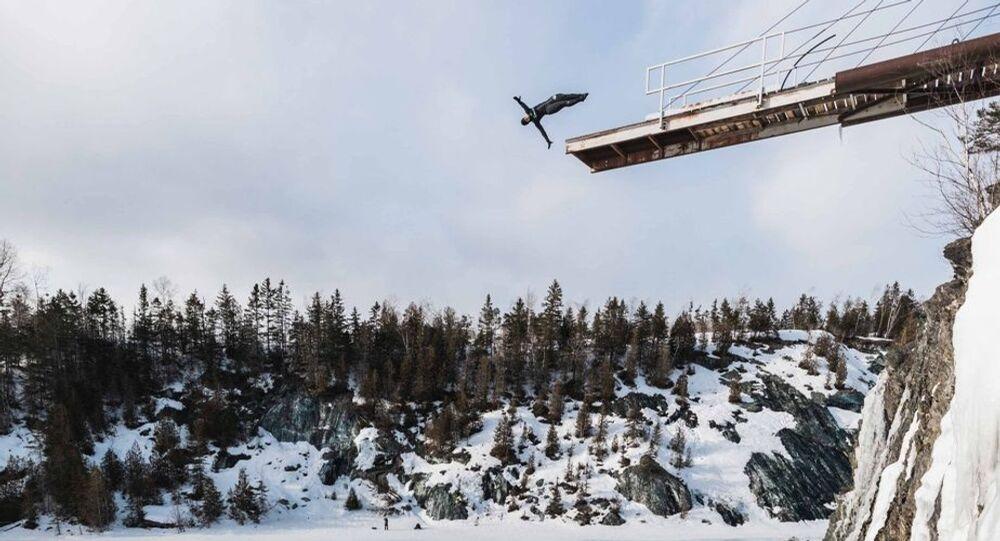 Kanadalı atlet donmuş göle 22 metre yükseklikten dalış yaptı