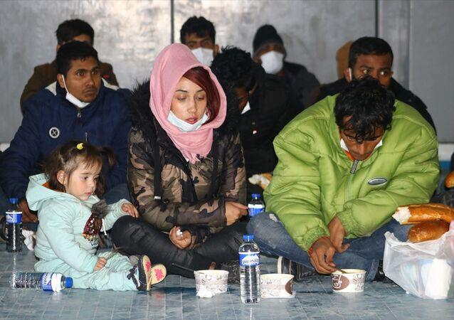 Van'ın Erciş ilçesinde jandarma ekiplerince yakalanan göçmenler