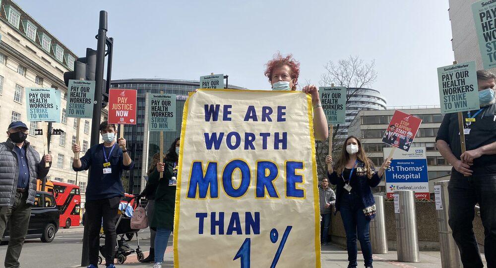 İngiltere'de sağlık personelinden sosyal mesafeli maaş protestosu