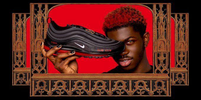 Lil Nas X, MSCHF üretimi 'Satan Shoes' (Şeytan Ayakkabıları) ile poz verirken