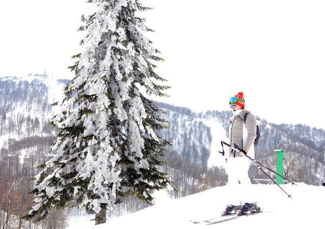 Kartepe ilçesinde yer alan, 1850 rakımlı Kartepe Kayak Merkezi'nde dün kar yağışı etkili oldu. Yağışın ardından pistlerde kar kalınlığı, 110 santime ulaştı.