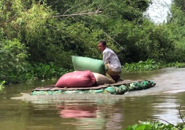 Vietnamlı çiftçi plastik şişelerden sal yapıyor