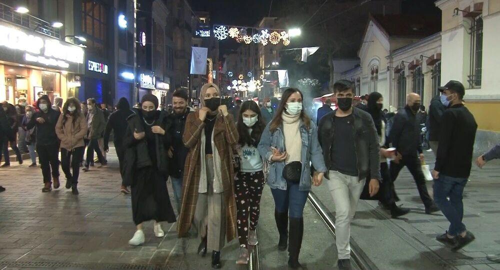 Koronavirüsle mücadele kapsamında alınan kararla bu akşam saat 21.00'de başlayıp pazartesi sabah 05.00'e kadar sürecek olan 56 saatlik sokağa çıkma kısıtlaması başladı.