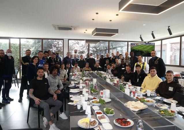 Fenerbahçe Kulübü Başkanı Ali Koç, futbolcularla yemekte bir araya geldi