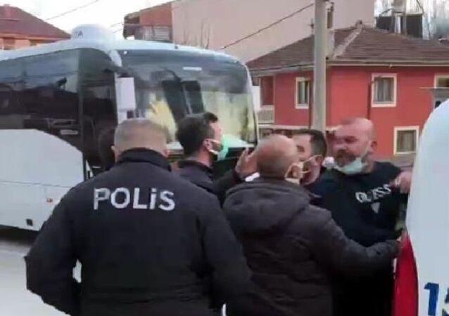 Bolu'da doktor Özkan V. ve ilaç mümessili Çağlar A., gittikleri pizzacıda çalışanlarla tartıştan sonra olay yerine gelen polislerle de tartıştı.