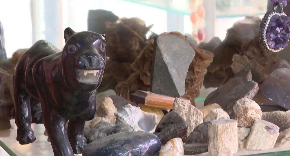 Taş işleme ustası Ayhan Arıkan'ın topladığı değerli taşlar