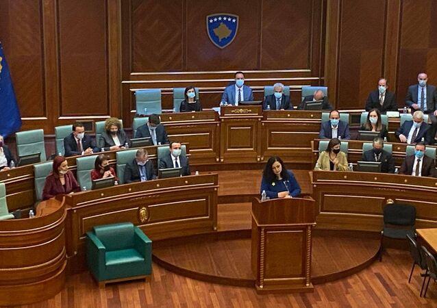 """Kosova'nın yeni Cumhurbaşkanı seçilen Vjosa Osmani, Mecliste yaptığı konuşmada, """"Bugün Kosova bir kadın cumhurbaşkanı seçti dedi."""
