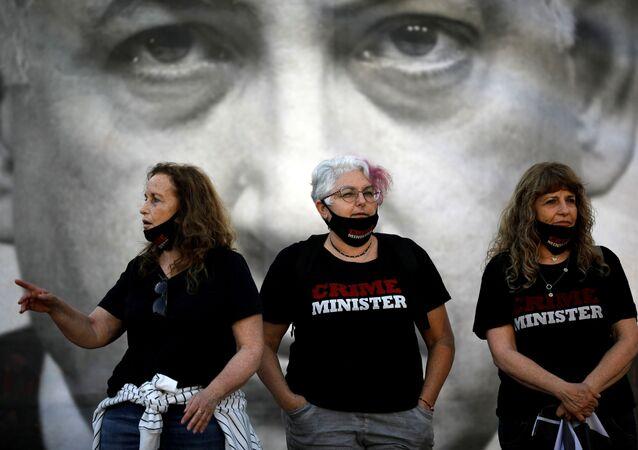 İsrail Başbakanı Benyamin Netanyahu'yu 'suç-bakanı' yazılı tişörtler giymiş halde protesto edenler