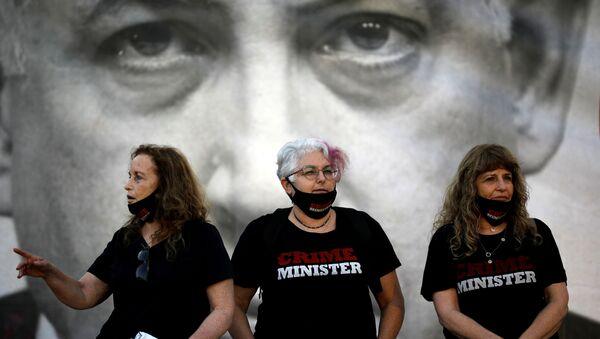 İsrail Başbakanı Benyamin Netanyahu'yu 'suç-bakanı' yazılı tişörtler giymiş halde protesto edenler - Sputnik Türkiye