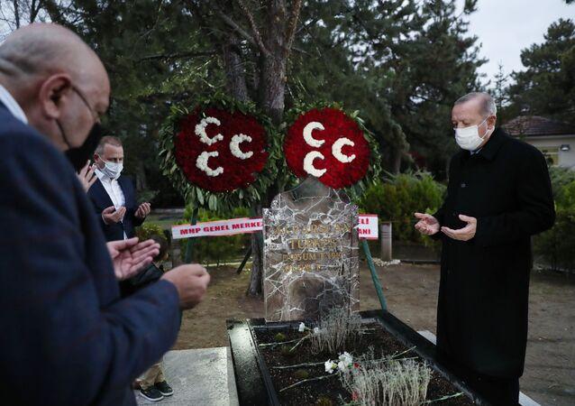 Cumhurbaşkanı Erdoğan'dan Alparslan Türkeş'in kabrine ziyaret