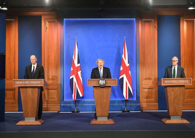 İngiltere Başbakanı Boris Johnson, kabine toplantısı sonrası Başbakanlık Ofisi 10 Numara'da baş tıp görevlisi Prof. Chris Whitty ve hükümetin bilim danışmanı Patrick Vallance ile basın toplantısı düzenledi.