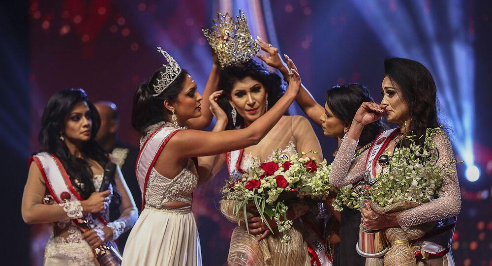 Sri Lanka'da düzenlenen bir güzellik yarışmasında birincilik ödülünü kazanan Pushpika De Silva sahnede yaşanan arbedede başından yaralandı.