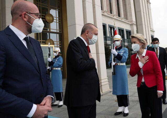 AB Konseyi Başkanı Charles Michel, Cumhurbaşkanı Recep Tayyip Erdoğan, Avrupa Komisyonu Başkanı Ursula von der Leyen (soldan sağa)