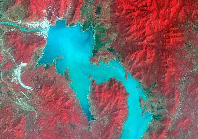 Mavi Nil Nehri üzerinde Sudan sınırı yakınında Etiyopya'nın su toplayan Rönesans (Hedasi) Barajı'nın uydu görüntüsü