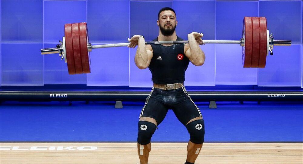 Büyükler Avrupa Halter Şampiyonası'nda finalde 73 kilo erkeklerde Türk sporcu Daniyar İsmayılov mücadele etti.