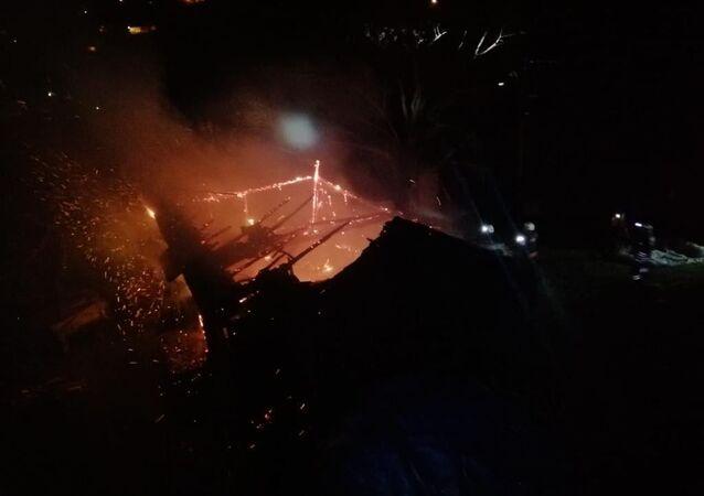 Trabzon'un Beşikdüzü ilçesinde akşam saatlerinde çıkan yangında babasının evde olduğunu düşünen kızı kalp krizi geçirerek hayatını kaybetti.