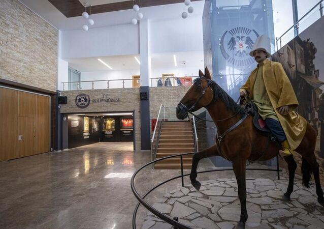 Türk Polis Teşkilatı'nın tarihi kimliğini yansıtan müzenin yapımına ilişkin çalışmalar tamamlandı. Emniyet Genel Müdürlüğü (EGM) Sosyal Hizmetler ve Sağlık Daire Başkanlığı bünyesinde 1518 metrekare alanda oluşturulan müzede, Sultan Abdülmecid döneminden bugüne kadar Emniyet Teşkilatı'nın geçirdiği safhalar, polisin kullandığı silah, mühimmat, kıyafet, haberleşme araçları ile teşkilata ait belge ve fotoğraflar yer alıyor.