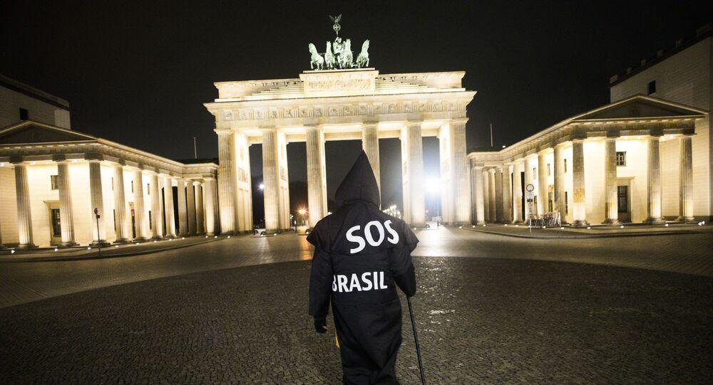 Almanya'da yaşayanBrezilyalı multimedya sanatçısı Rafael Puetter, Brezilya'daki Kovid-19 pandemisi politikalarını protesto için her gece Azrail kılığında Brandenburg Kapısı'na yürürken