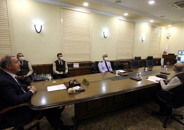 Milli Savunma Bakanı Hulusi Akar, Azerbaycan Savunma Bakanı Orgeneral Zakir Hasanov ile video konferans sistemi üzerinden görüştü.