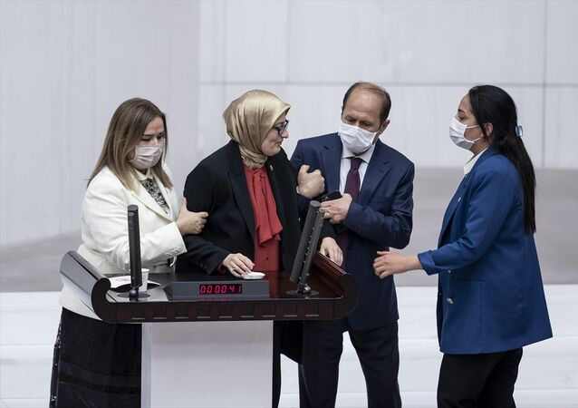 AK Parti Milletvekili Belgin Uygur kürsüde fenalaştı
