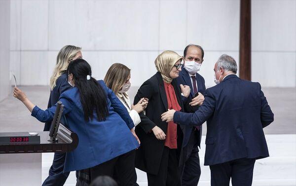 AK Parti Milletvekili Belgin Uygur kürsüde fenalaştı - Sputnik Türkiye